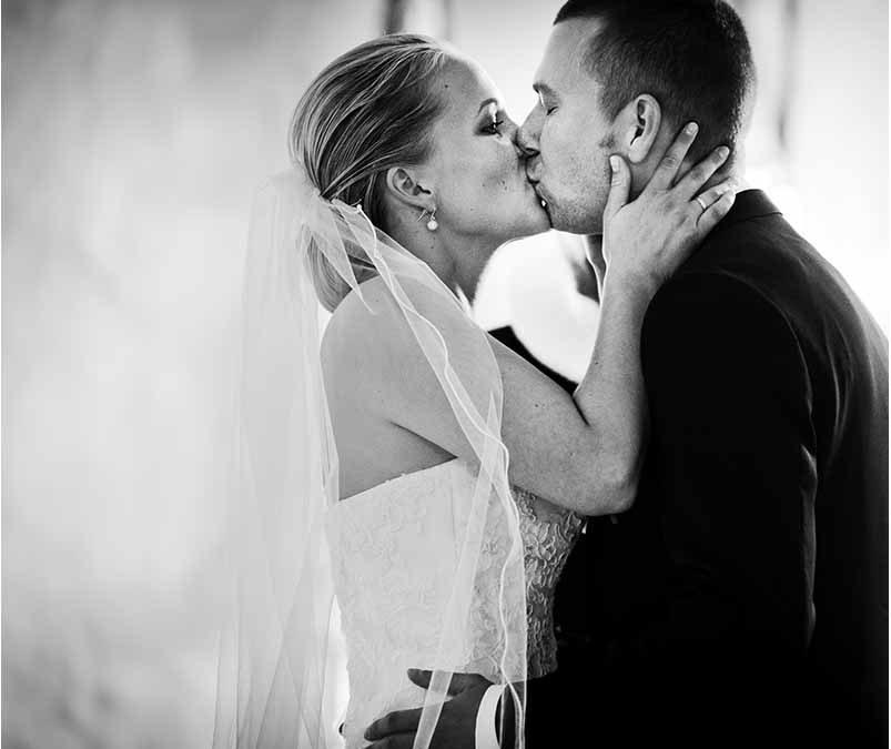Brudepar mister bryllupsbillederne